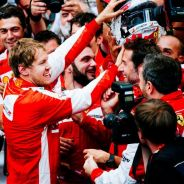 Sebastian Vettel celebrando el podio de Mónaco con su equipo - LaF1