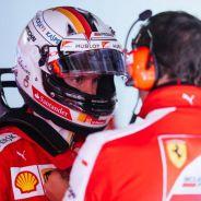Sebastian Vettel hablando con un ingeniero durante los entrenamientos en Mónaco - LaF1