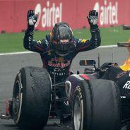 Sebastian Vettel se arrodilla ante el Red Bull RB9 en la India - LaF1