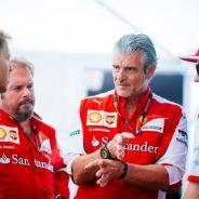 Maurizio Arrivabene hablando con Sebastian Vettel, Gino Rosato y Kimi Räikkönen - LaF1