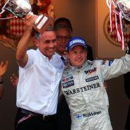 Martin Whitmarsh y Kimi Räikkönen en el podio de Mónaco 2005 - LaF1