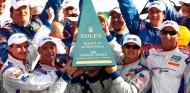 Antonio García y sus compañeros levantan el trofeo de Daytona en 2009 - SoyMotor.com