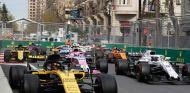 Carlos Sainz en la salida de la carrera del GP de Azerbaiyán 2018 - SoyMotor.com