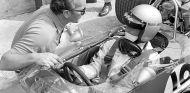 Colin Chapman y Mario Andretti con el Lotus 49B en Monza - SoyMotor.com