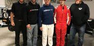 Dudu Barrichello junto a su nuevo equipo de F4 y su padre, Rubens, en el centro de la imagen – SoyMotor.com