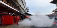 El Ferrari deja humo en el Pit-Lane - SoyMotor.com