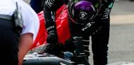 Lewis Hamilton inspecciona su neumático tras el GP de Gran Bretaña F1 2020 - SoyMotor.com