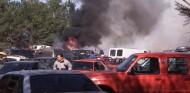 Surrealismo en el WRC (VII): una barbacoa acaba con 20 coches calcinados... y un camión de bomberos volcado sobre los dos Škoda oficiales - SoyMotor.com