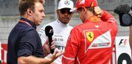 Lewis Hamilton (al fondo) y Sebastian Vettel (primer plano) en Austria – SoyMotor.com
