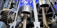 Motor de combustión seccionado, con la cámara de combustión resaltada en azul