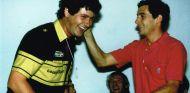Ayrton Senna bromea con Chris Dinnage después de la clasificación del GP de México de 1986 - LaF1