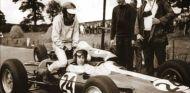 Peter Arundell recogiendo a Jim Clark al termino de la carrera - LaF1