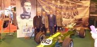 Bob Dance (izquierda) posa con la familia de Jim Clark ante el Lotus 38 de Indianapolis 1965 - LaF1