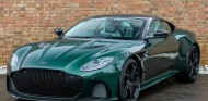 Un Aston Martin DBS Superleggera en el característico color - SoyMotor.com