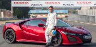 Fernando Alonso posa junto al Honda NSX - SoyMotor