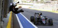 Mecánicos de McLaren felicitan a Fernando Alonso desde el muro de Sochi - LaF1.es