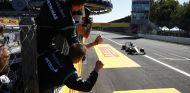 Lewis Hamilton cruzando la meta de Monza para marcharse 53 puntos en el Mundial - LaF1