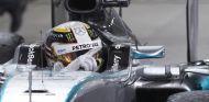 Lewis Hamilton celebrando su victoria en Baréin - LaF1