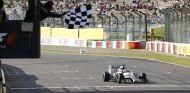 Lewis Hamilton viendo la bandera a cuadros en Suzuka - LaF1