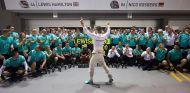 Nico Rosberg celebra la victoria con su equipo - LaF1