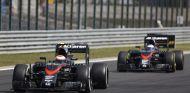 Jenson Button y Fernando Alonso rodando juntos en Hungría - LaF1