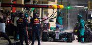 Parada de Lewis Hamilton en Yas Marina - SoyMotor.com