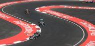 Los monoplazas de Mercedes y Red Bull atravesando el Foro Sol en plena carrera - LaF1