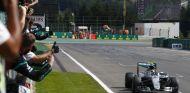 Nico Rosberg cruza la meta como ganador del GP de Bélgica 2016 - LaF1