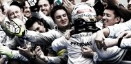 Lewis Hamilton festeja su victoria con los mecánicos de Mercedes - LaF1