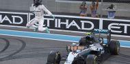 Rosberg celebrando su título en Abu Dabi - LaF1
