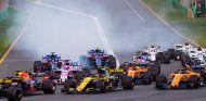 Carlos Sainz y Fernando Alonso en la salida de la carrera del GP de Australia F1 2018 - SoyMotor.com