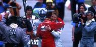 Michael Schumacher y Mika Häkkinen se abrazan tras el término del GP de España de 2001 - LaF1