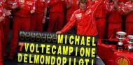 Michael Schumacher celebra su séptimo campeonato de F1 con Ferrari