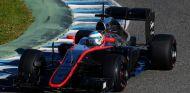 Fernando Alonso subido al MP4-30 en los test de Jerez de 2015 - LaF1es
