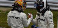Hamilton y Bottas tras la clasificación en Suzuka - SoyMotor.com