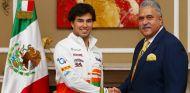 Sergio Pérez y Vijay Mallya durante la presentación - LaF1