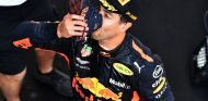 Daniel Ricciardo hace un 'shoey' en el podio de Shanghái - SoyMotor.com