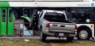 Un pick-up embiste brutalmente un autobus en Nueva York - SoyMotor.com