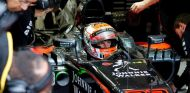 Jenson Button subido en el MP4-30 dentro de su box - LaF1.es
