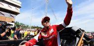 Sebastian Vettel saluda a la afición en Barcelona - LaF1.es