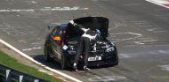 El temerario piloto se pone a comprobar el motor de su BMW M2 en plena carrera - SoyMotor