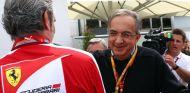 Sergio Marchionne abraza a Maurizio Arrivabene - LaF1.es
