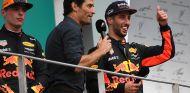 Mark Webber y Daniel Ricciardo en el podio de Malasia 2017 - SoyMotor