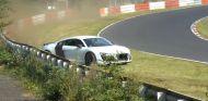 El Audi R8 pasa a milímetros de las barreras del lado derecho de la pista - SoyMotor