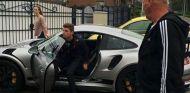 Max Verstappen sale de su Porsche 911 RSR GT3 gris plomo (Imagen: Erik Kouwenhoven) - SoyMotor
