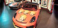 Los dos Porsche y las diez serigrafías de esta exposición en una sola imagen - SoyMotor