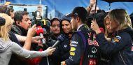 Sebastian Vettel atiende a los medios tras quedar eliminado en la Q2 - LaF1