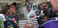 Daniel Ricciardo festeja el podio tras el podio de Mónaco