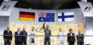 Daniel Ricciardo en el podio de Bélgica, acompañado por Nico Rosberg y Valtteri Bottas - LaF1