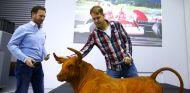 Entre los obsequios que Vettel recibió en su último día en la fábrica de Red Bull, estaba una escultura de un toro - LaF1